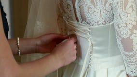 Ajudas para atar acima o vestido da noiva vídeos de arquivo