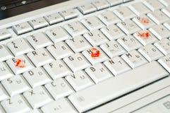 Ajude, datilografado com o dedo sangrento no portátil fotos de stock