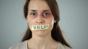 Ajude a gravar na boca, no pedido silencioso para a ajuda e na proteção da mulher, tirania filme