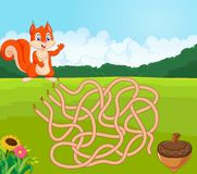 Ajude o esquilo a encontrar a maneira ao pinecone no jogo do labirinto Imagens de Stock
