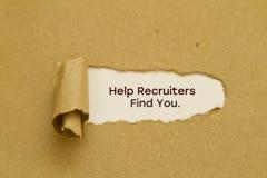 Ajude recrutas a encontrá-lo para exprimir escrito sob o papel rasgado Imagem de Stock