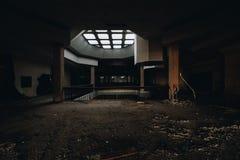 Ajuntamento e claraboia - Randall Park Mall - Cleveland abandonados, Ohio foto de stock