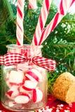 Ajunte bastões de doces listrados no frasco de vidro no fundo do Natal Imagens de Stock Royalty Free