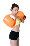 Ajustado asiático atractivo de las mujeres jovenes que lleva el boxeo anaranjado del mitón en wh Foto de archivo