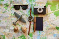 Ajustado para o viajante, vista superior A câmera, o avião e o compasso estão no mapa fotografia de stock