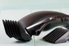Ajustador do cabelo com acessório em um close up de madeira claro do fundo imagens de stock royalty free