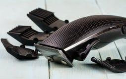 Ajustador do cabelo com acessório em um close up de madeira claro do fundo foto de stock