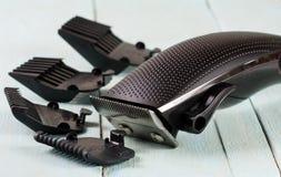 Ajustador do cabelo com acessório em um close up de madeira claro do fundo foto de stock royalty free