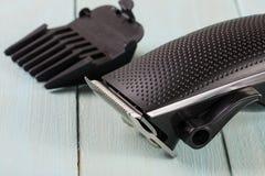 Ajustador do cabelo com acessório em um close up de madeira claro do fundo fotos de stock royalty free