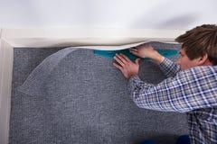 Ajustador Installing Carpet de la alfombra fotografía de archivo libre de regalías