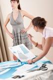 Ajustage de précision modèle par le couturier féminin Photographie stock libre de droits