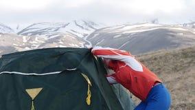 Ajustando a barraca acima nas montanhas filme