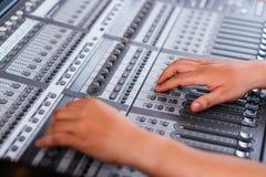 Ajustando o console de mistura audio Fotografia de Stock