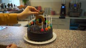 Ajustando o número cinco no bolo filme