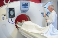 Ajustando o programa de MRI fotos de stock