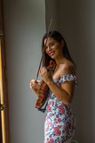 Ajustando o violino Imagem de Stock Royalty Free