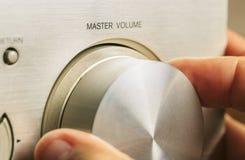 Ajustando o volume da música imagens de stock