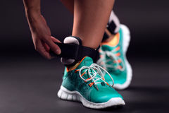 Ajustando pesos do tornozelo Fotografia de Stock