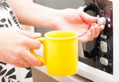 Ajustando um temporizador no forno microondas Imagem de Stock