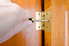 Ajustando uma dobradiça de porta foto de stock royalty free