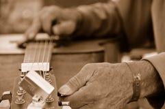 Ajustando uma guitarra Foto de Stock