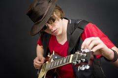 Ajustando uma guitarra Fotos de Stock Royalty Free