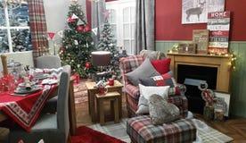 Ajuste acogedor de la decoración de la sala de estar del invierno de la Navidad Imagen de archivo libre de regalías