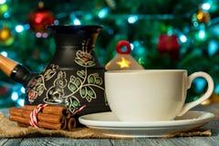 Ajuste acogedor del invierno con la taza de café y de cezva Fotografía de archivo libre de regalías