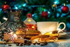 Ajuste acogedor del invierno con la taza de café y de cezva Fotografía de archivo