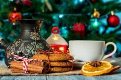 Ajuste acogedor del invierno con la taza de café y de cezva Imagen de archivo