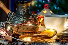 Ajuste acogedor del invierno con la taza de café y de cezva Fotos de archivo