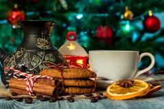 Ajuste acogedor del invierno con la taza de café y de cezva Imagen de archivo libre de regalías