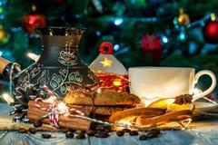 Ajuste acogedor del invierno con la taza de café y de cezva Imagenes de archivo