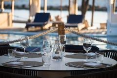 Ajuste al aire libre de lujo de la tabla del restaurante Fotos de archivo