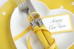 Ajuste amarillo y blanco de la tabla de la Feliz Año Nuevo del tema Imágenes de archivo libres de regalías