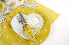 Ajuste amarillo y blanco de la tabla de la Feliz Año Nuevo del tema Fotografía de archivo
