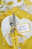 Ajuste amarillo y blanco de la tabla de la Feliz Año Nuevo del tema Foto de archivo