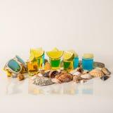 Ajuste as bebidas das bebidas do tiro, as amarelas e as azuis do kamikaze decoradas com Imagem de Stock