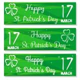 Ajuste bandeiras com três símbolos com folhas do trevo 17 de março Fundos com felicitações no dia do St Patricks Foto de Stock