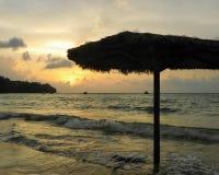 Ajuste bonito em Phuket Tailândia com o sol de ajuste na parte dianteira de oceano imagens de stock royalty free