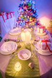 Ajuste cambiante de la tabla de la Navidad con el árbol de navidad Imagen de archivo libre de regalías