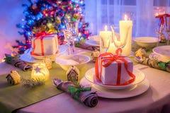 Ajuste cambiante de la tabla de la Navidad con el presente y el árbol Fotos de archivo libres de regalías