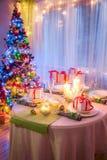 Ajuste cambiante de la tabla de la Navidad para la Nochebuena Imagenes de archivo