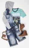 Ajuste a camisa e as sapatas da correia do short do menswear no fundo branco imagem de stock