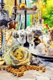 Ajuste colorido da tabela do Natal com vidros do champanhe fotografia de stock