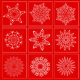 Ajuste com a imagem dos flocos de neve em um fundo vermelho Imagem de Stock