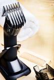 Ajuste com tosquiadeira de cabelo e o pente de madeira Fotos de Stock Royalty Free