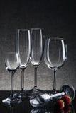 Ajuste com vidros vazios diferentes no fundo preto Imagem de Stock