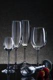 Ajuste com vidros vazios diferentes no fundo preto Foto de Stock Royalty Free