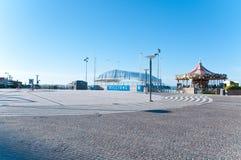Ajuste con el carrusel situado en la orilla del mar en Riccione encendido Imágenes de archivo libres de regalías